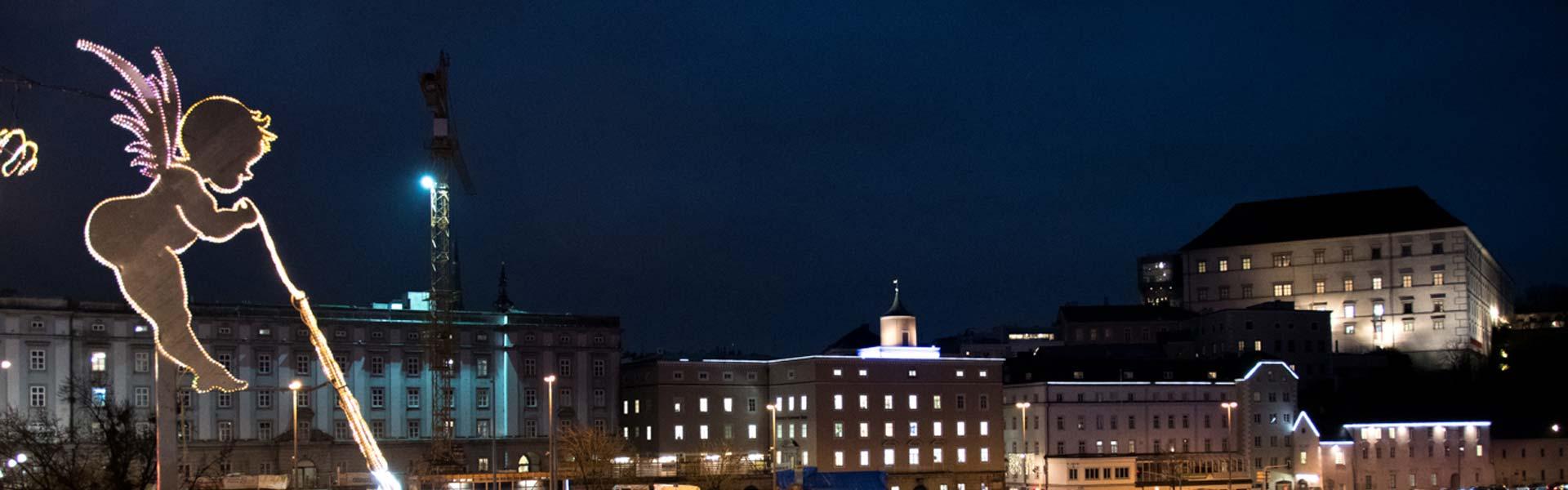 Linzer Engerl mit Schlossberg bei Nacht